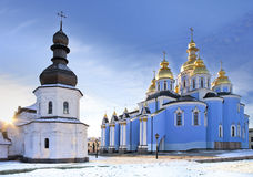 Catedral ortodoxo do russo antigo na neve imagens de stock royalty free