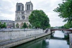 A catedral Paris de Notre Dame do banco de Seine River imagem de stock
