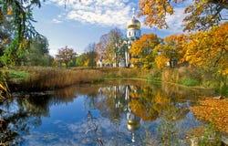 Catedral perto da lagoa no outono imagens de stock royalty free