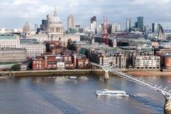 Catedral ponte do ium de St Paul e de MillenÑ… em Londres Fotografia de Stock Royalty Free