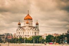 Catedral rusa de la iglesia ortodoxa de Cristo el salvador que se eleva sobre Moscow' horizonte de s foto de archivo libre de regalías