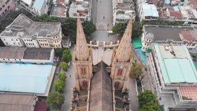 Catedral sagrada del corazón El volar sobre una catedral católica en Guangzhou China metrajes