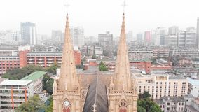 Catedral sagrada del corazón en el vuelo de Guangzhou entre dos torres almacen de metraje de vídeo
