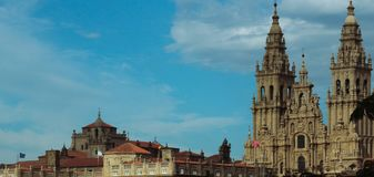 Catedral, Santiago de Compostela, céu azul imagens de stock