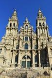 Catedral, Santiago de Compostela, quadrado de Obradoiro spain Fachada barroco, porta velha do ferro e torres Limpe o dia de pedra imagem de stock royalty free