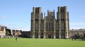 Catedral Somerset de Wells en sol de la primavera con la gente