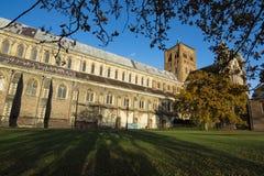 Catedral y argumentos de St Albans en luz del sol de oro Fotografía de archivo
