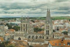 Catedral y ciudad de Burgos un día nublado imagen de archivo