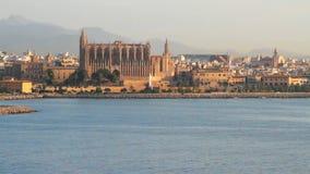 Catedral y ciudad en la costa de mar Palma de Majorca, España almacen de video