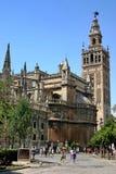 Catedral y el âHiraldaâ del campanario de una iglesia Foto de archivo