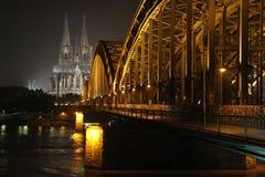 Catedral y puente de Colonia en la noche fotografía de archivo