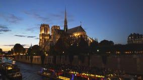 Catedral y un barco del viaje del río, París de Notre Dame almacen de metraje de vídeo