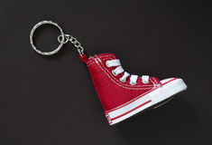 Catena chiave con la mini scarpa di pallacanestro Immagini Stock