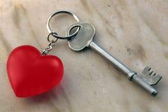 Catena chiave e chiave con cuore Immagini Stock Libere da Diritti
