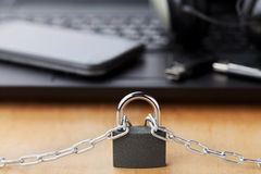 Catena con la serratura davanti al computer portatile e lo smartphone, aggeggio e concetto digitale della disintossicazione dei d Fotografie Stock