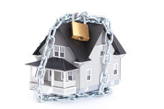 Catena con la serratura intorno alla casa Fotografia Stock Libera da Diritti