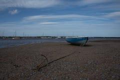 Catena d'ancoraggio di legno blu e della barca Fotografia Stock