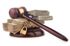 Catena dei soldi e martelletto del giudice isolato su bianco Fotografia Stock