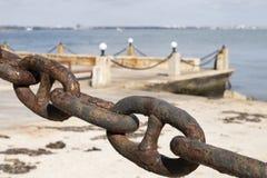 Catena del marinaio contro il mare fotografia stock