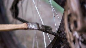 Catena della bicicletta di pulizia del ciclista con la spazzola video d archivio