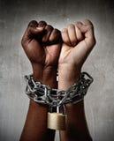 Catena della mano della razza bianca bloccata insieme a comprensione multirazziale della donna nera di etnia Immagine Stock Libera da Diritti