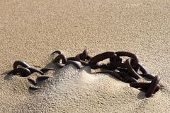 Catena della nave sulla sabbia Fotografia Stock