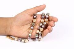 Catena della perla nella mano Fotografia Stock Libera da Diritti