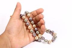 Catena della perla nella mano Fotografie Stock Libere da Diritti