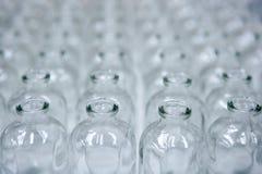 Catena di montaggio vuota trasparente di vetro delle bottiglie Fotografia Stock