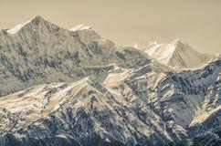 Catena di montagna splendida coperta di neve alla luce solare sbalorditiva dell'oro Fotografie Stock Libere da Diritti