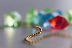 Catena dorata su fondo di cristallo variopinto Fotografie Stock Libere da Diritti