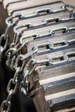 Catena e motore degli ingranaggi del metallo immagini stock libere da diritti