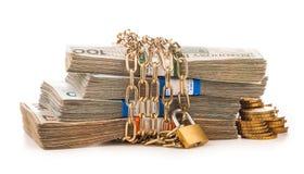 Catena e serratura dei soldi isolate su bianco Fotografie Stock Libere da Diritti