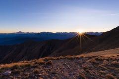 Catena montuosa al tramonto, lampadina con lo sprazzo di sole, alpi italiane Immagine Stock Libera da Diritti
