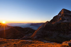 Catena montuosa al tramonto, lampadina con lo sprazzo di sole, alpi italiane Immagini Stock Libere da Diritti
