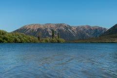Catena montuosa alpina del sud delle alpi di Pearson del lago con il chiaro fondo del cielo blu Fotografia Stock