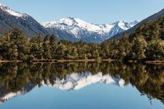 Catena montuosa che riflette nel lago in alpi del sud in Nuova Zelanda Fotografie Stock