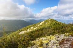 Catena montuosa con cielo blu Fotografie Stock Libere da Diritti