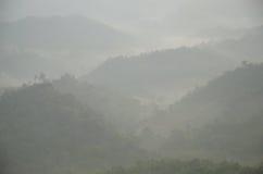 Catena montuosa con foschia di mattina fotografia stock