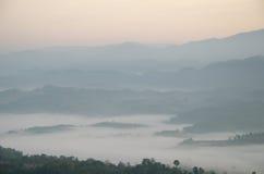 Catena montuosa con foschia di mattina fotografie stock