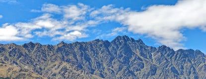 Catena montuosa con i cieli blu e le nuvole fotografie stock libere da diritti