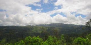 Catena montuosa con le nuvole nel cielo nello Sri Lanka Fotografie Stock Libere da Diritti