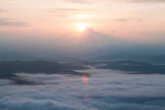 Catena montuosa con nebbia Fotografia Stock