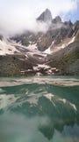 Catena montuosa di Chaukhi e lago Abudelauri di bianco (Georgia) Immagini Stock