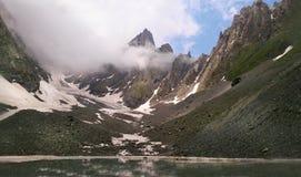 Catena montuosa di Chaukhi e lago Abudelauri di bianco (Georgia) Fotografia Stock Libera da Diritti