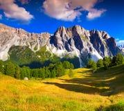 Catena montuosa di Dala Pieres del passo al giorno di estate soleggiato Dolomia Mo Immagini Stock Libere da Diritti