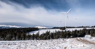 catena montuosa di Fischbacher Alpen di inverno in Austria con i generatori eolici e gli più alti picchi sui precedenti Immagine Stock Libera da Diritti