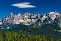 Catena montuosa di Hohe Dachstein in Austria con gli alberi verdi in Fotografia Stock