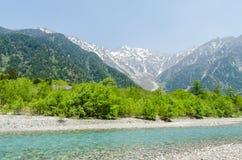 Catena montuosa di Hotaka e fiume di azusa in primavera al kamikochi Nagano Giappone Fotografia Stock