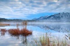 Catena montuosa di Karwendel e lago Barmsee Fotografia Stock Libera da Diritti